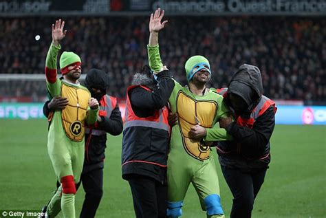 PSG players deal with Ninja Turtles pitch invaders   Daily