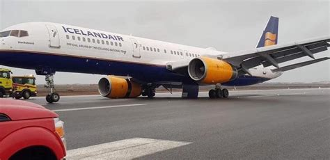 Icelandair Boeing 757-200 Suffers Right Main Gear Collapse